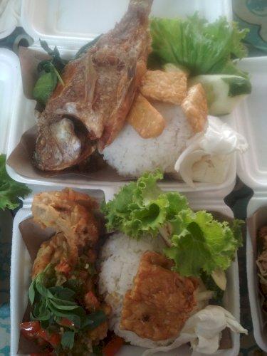 Menjual, nasi ayam geprek, nasi pindang ikan nila, nasi ikan nila goreng, nasi ikan nila pepes dan nasi telur dadar